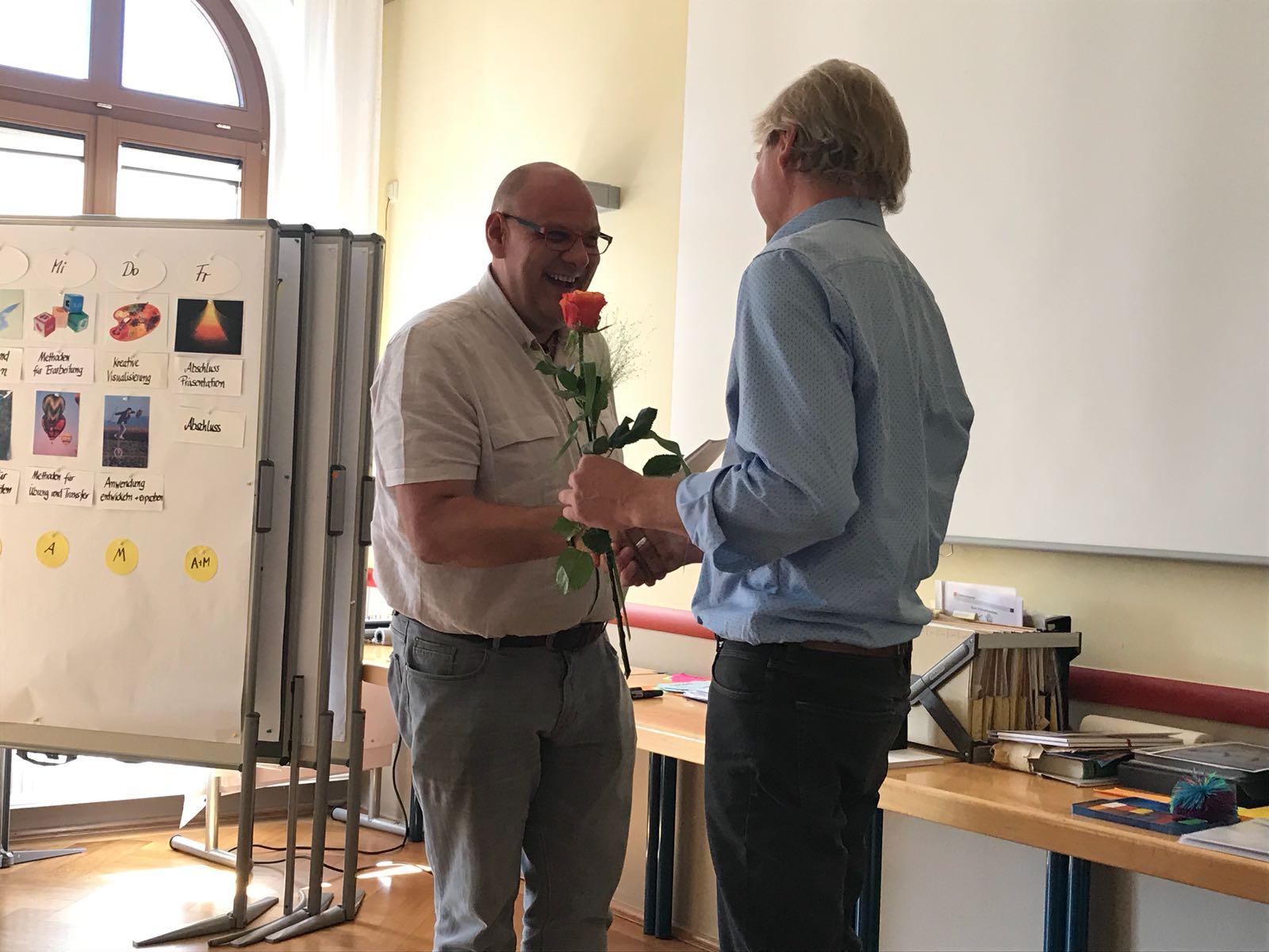 Carsten Riedel als Trainer zertifiziert, Übergabe Zertifikat