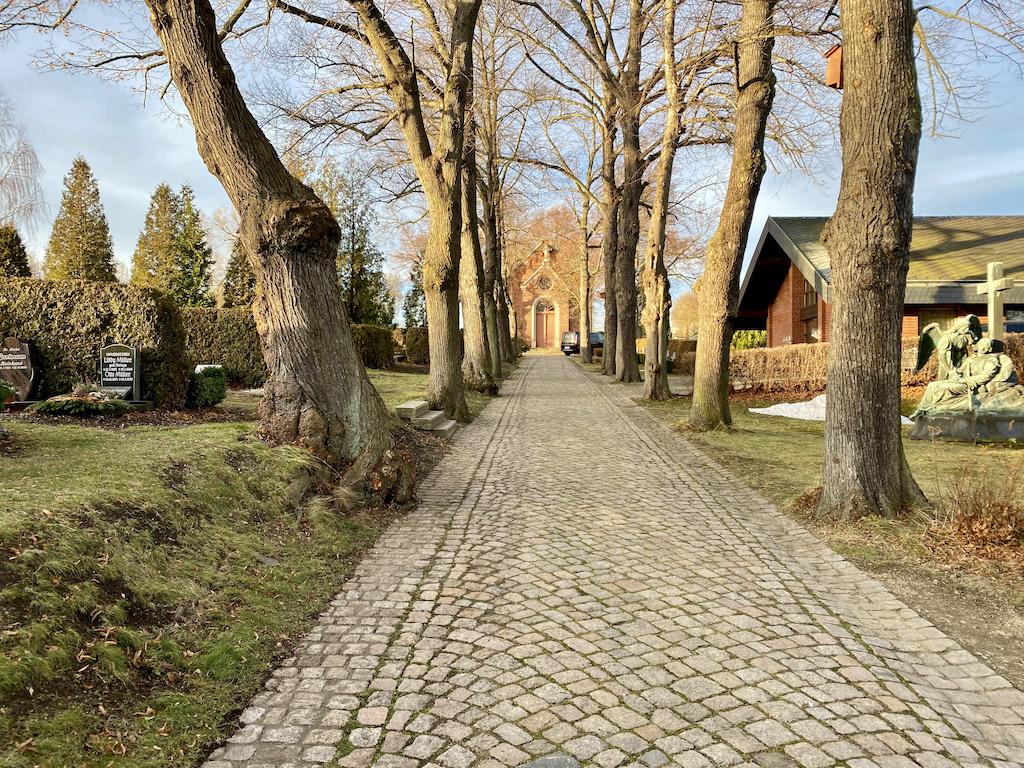 Michaelisfriedhof Wilkau-Haßlau, Weg Zur Trauerhalle